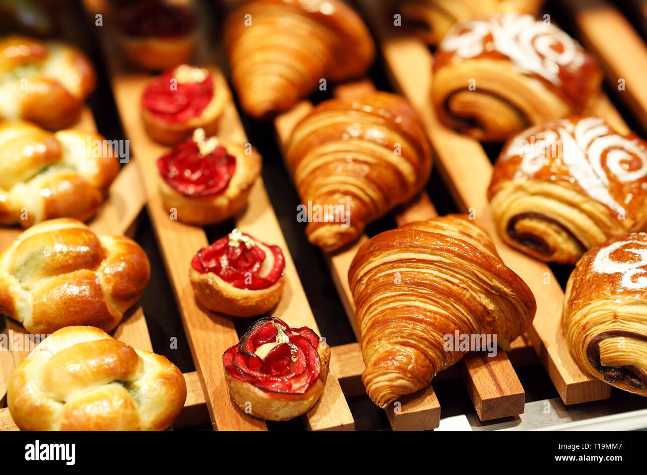 Pâtisserie fraîchement cuits sur l'affichage dans une boulangerie. Focus sélectif. Banque D'Images