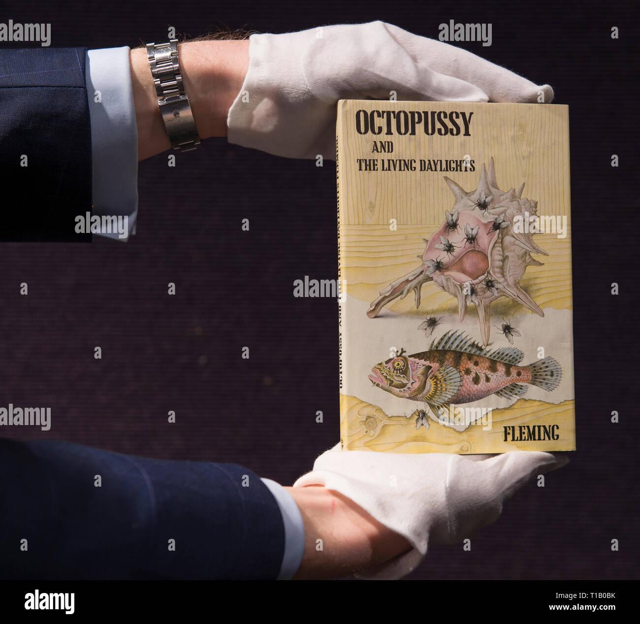 Bonhams, Knightsbridge, London, UK. 25 mars, 2019. Bonhams beaux-livres, manuscrits, d'Atlas et de photographies historiques vente aperçu. Première édition rare books y compris Thunderball, COPIE FINE, 1961; Au Service Secret de Sa Majesté, 1963; on ne vit que deux fois, 1964; l'Homme au pistolet d'or, 1965; Octopussy et The Living Daylights, 1962 sera en vente à Londres le 27 mars 2019. Credit: Malcolm Park/Alamy Live News. Photo Stock