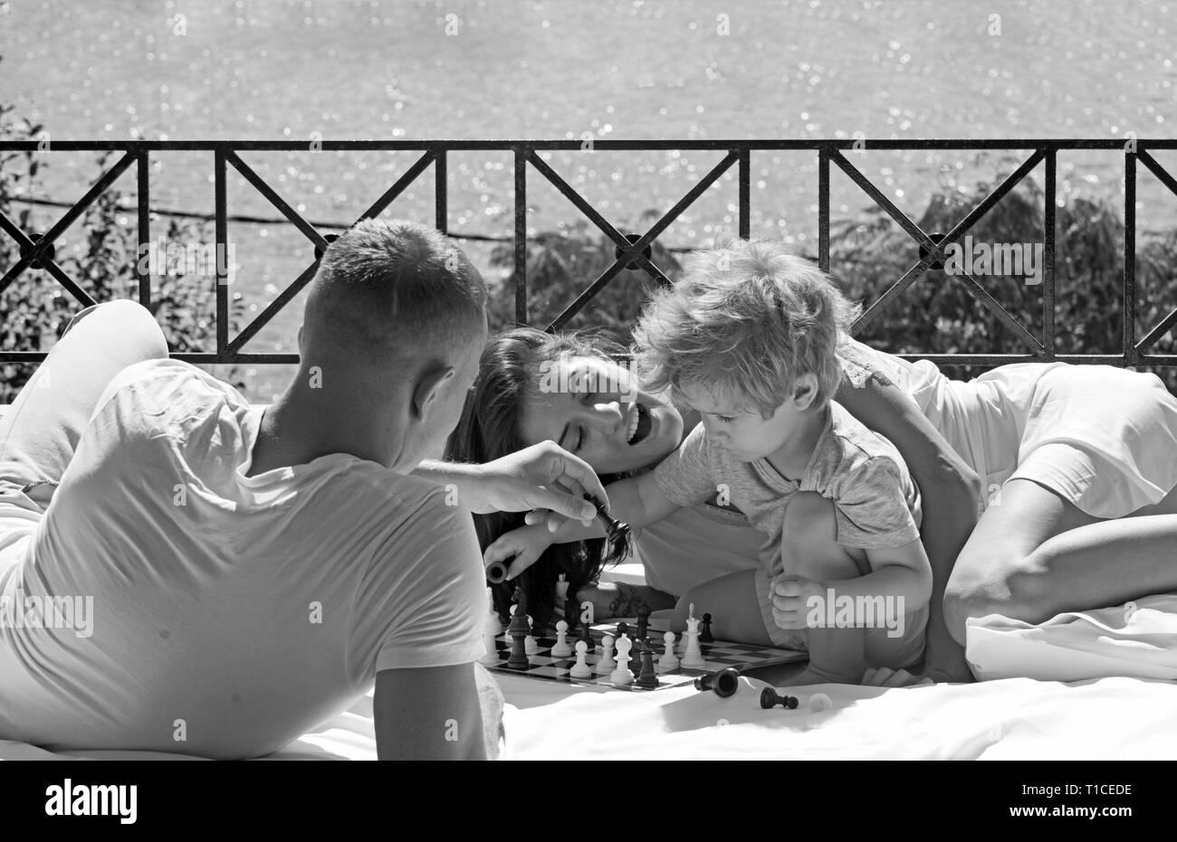 L'amour et la confiance que les valeurs familiales. love concept de famille jouer aux échecs avec petit garçon sur balcon ensoleillé. Banque D'Images