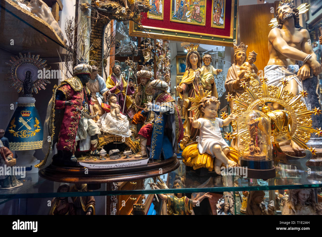 Boutique Madrid Articulos Religiosos El Angel. Articles religieux, magasin vitrine avec crèches ; l'enfant Jésus et catholique de figurines. Photo Stock