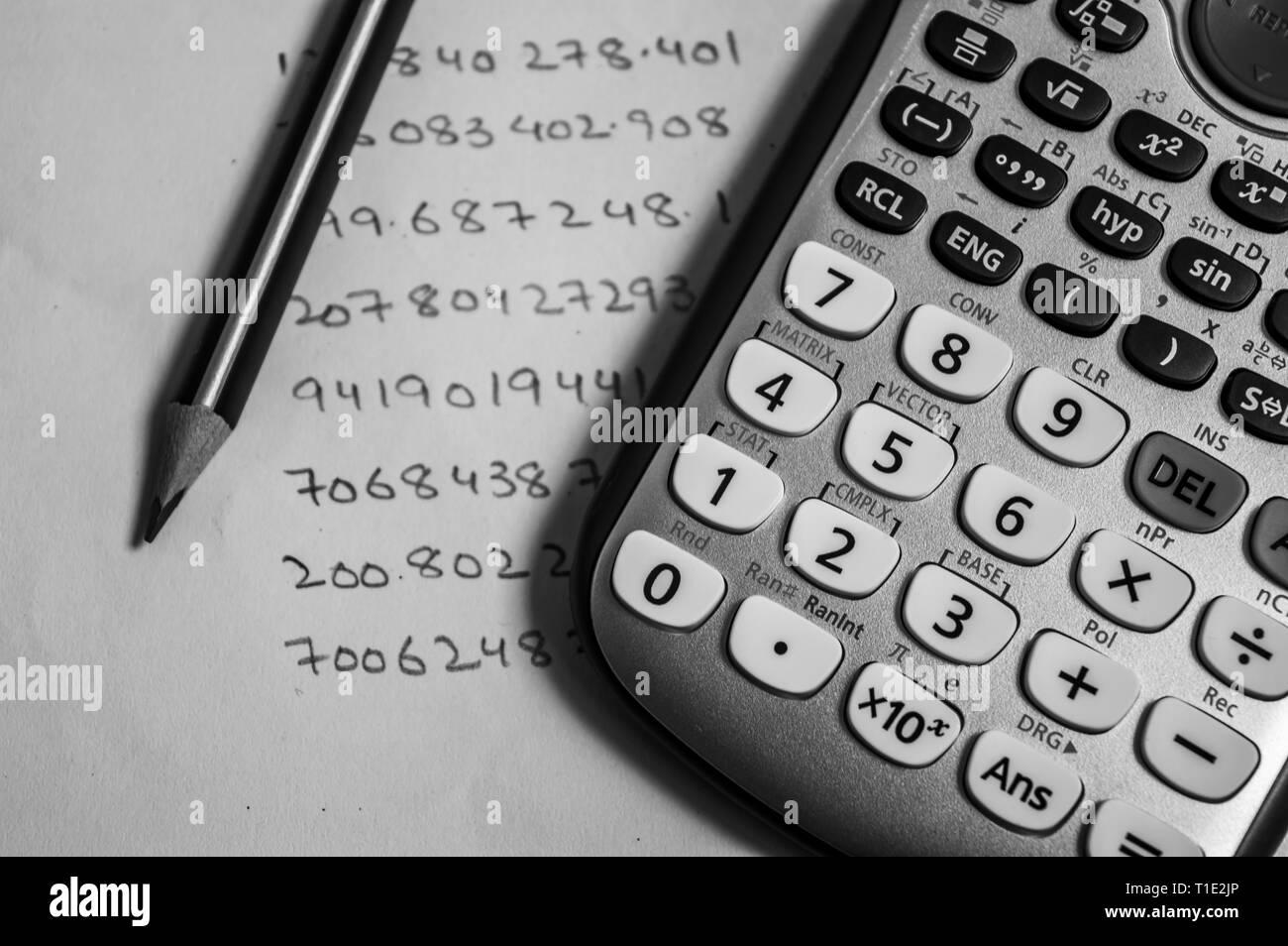 Comptabilité avec un crayon et une calculatrice Banque D'Images