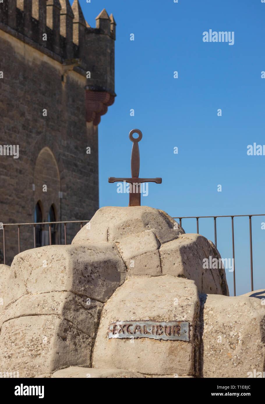 Excalibur. Une reconstitution de l'épée dans la pierre de la légende arthurienne. Sur l'affichage en Château Almodovar, Almodovar del Rio, Province de Cordoba, Spa Photo Stock