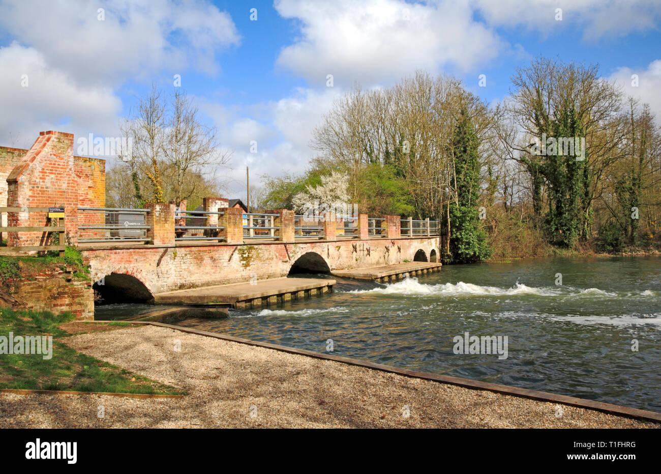 Une vue de la demeure du 18ème siècle moulin brûlé en 1963 sur la rivière Bure à Horstead, Norfolk, Angleterre, Royaume-Uni, Europe. Photo Stock