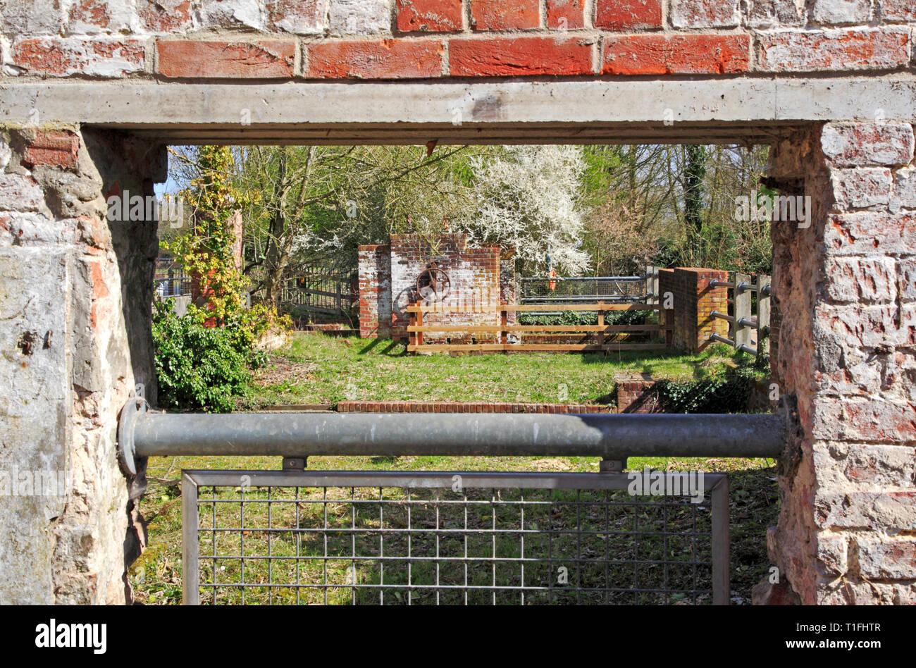 Une vue le long de la partie inférieure de l'ancien moulin à demeure sur la rivière Bure à Horstead, Norfolk, Angleterre, Royaume-Uni, Europe. Photo Stock