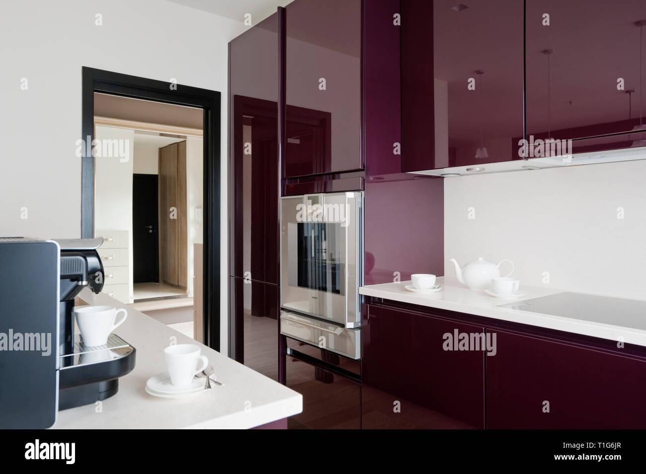 Cuisine Blanc Gris Violet cuisine moderne blanc et violet banque d'images, photo stock
