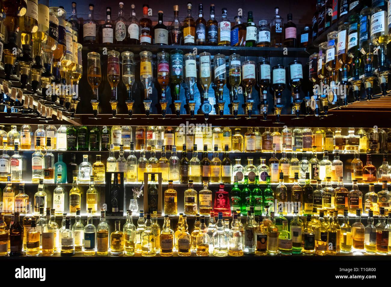 Une grande sélection de whiskies écossais illuminé sur étagères en verre et en optique, Ecosse Photo Stock