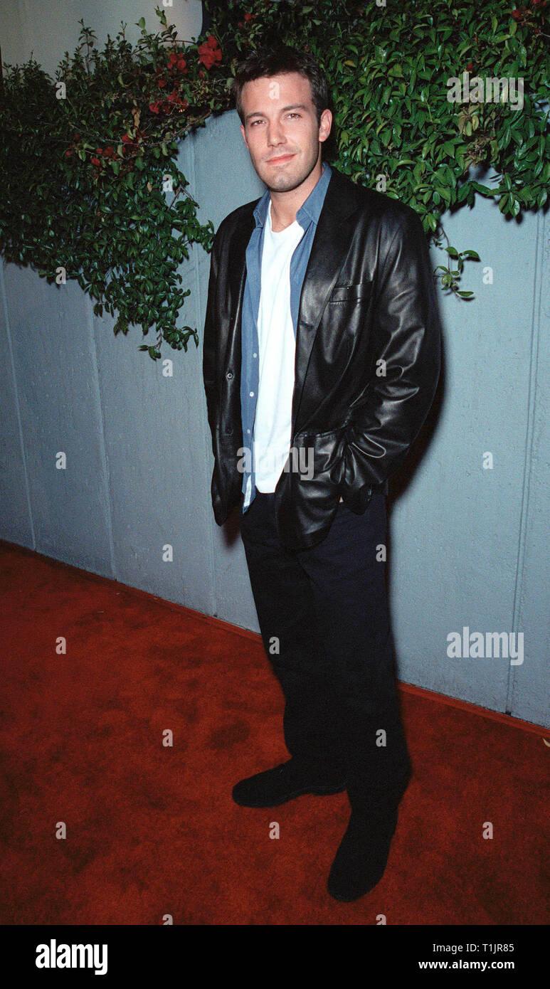 LOS ANGELES, CA. 09 novembre 1999: l'Acteur Ben Affleck au Los Angeles première de son nouveau film 'Dogma' dans laquelle il stars avec Matt Damon, Salma Hayek, Kevin Smith et Alanis Morissette. © Paul Smith / Featureflash Photo Stock