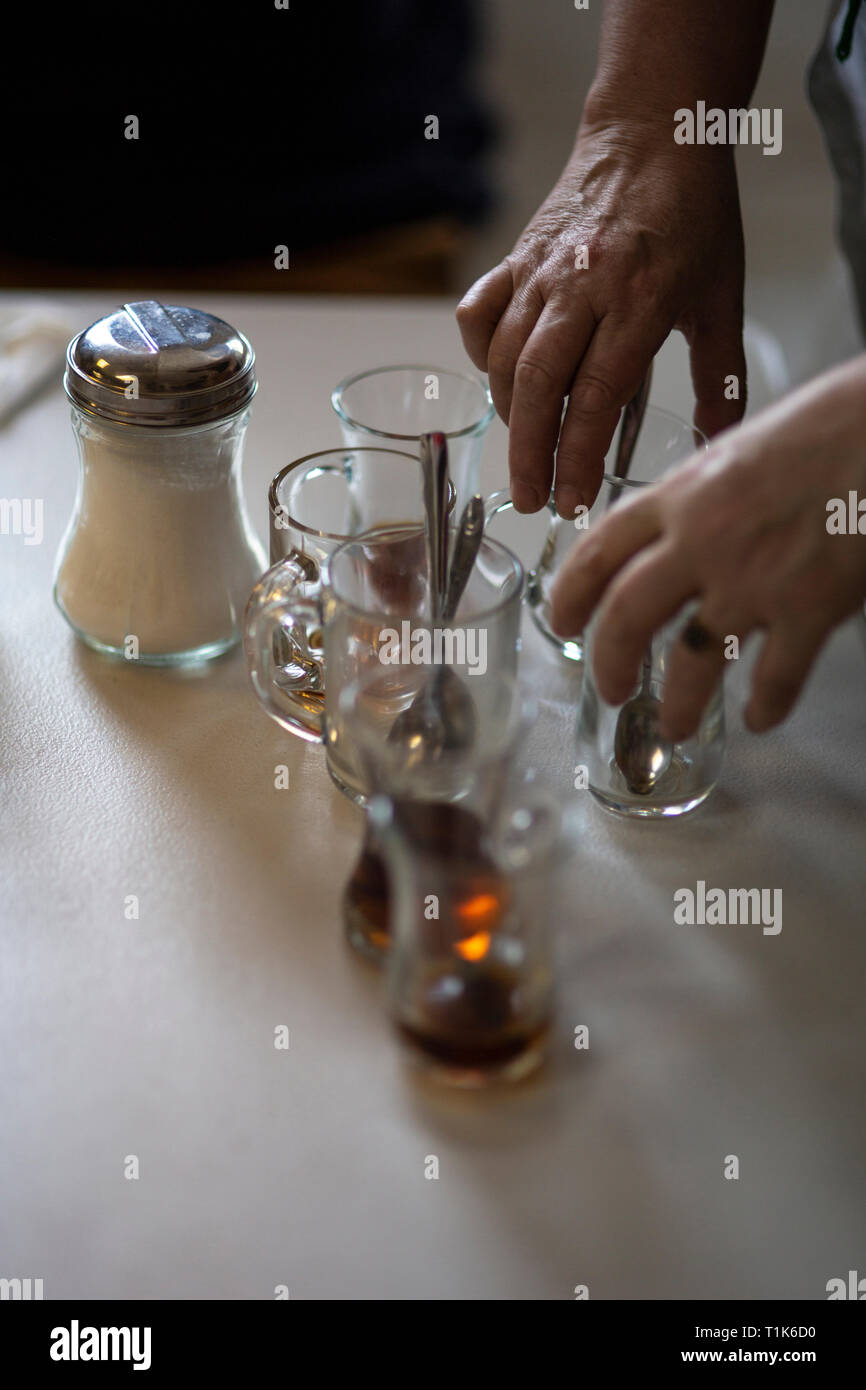 Newport, Royaume-Uni. 27 mars, 2019. Imam Sis est un gréviste de la faim kurde qui a atteint 100 jours sans manger. Il est frappant pour la sortie de le leader kurde Abdullah Ocalan, emprisonné depuis le 5 février 1999. L'hospitalité sur l'offre aux visiteurs et sympathisants est exceptionnelle. Plus de thé à offrir que n'importe qui peut boire, livré avec un sourire. Crédit: Ben Riz/Alamy Live News Photo Stock
