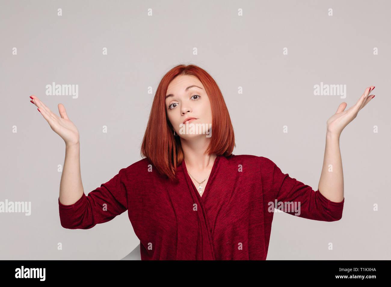 Business Woman wearing red dans l'émotion et de passif ayant à la frustration. Photo Stock