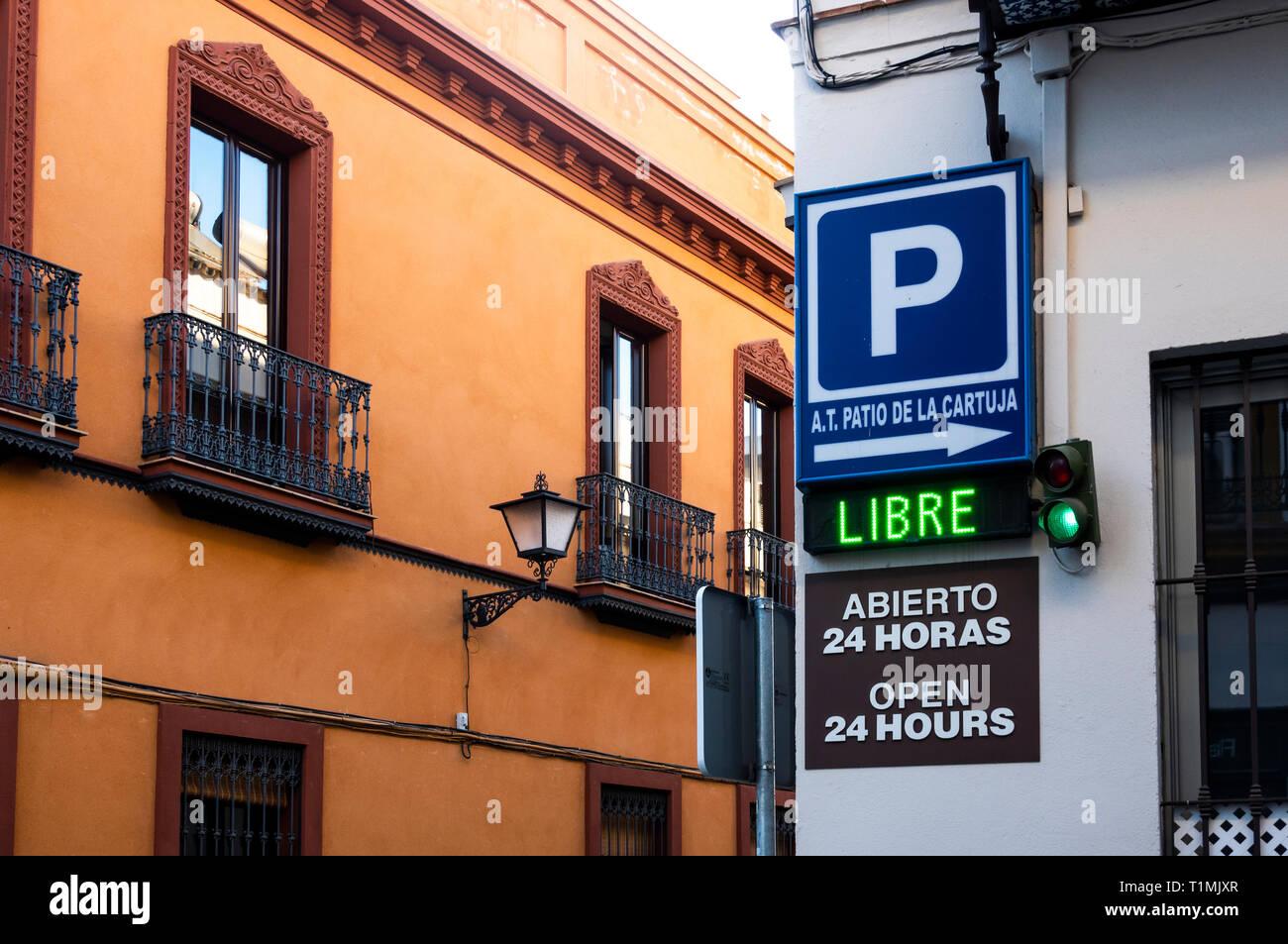 Inscrivez-vous pour un garage de stationnement payé à Séville. La lumière verte et Libre signer montrent qu'il y a de l'espace disponible Photo Stock