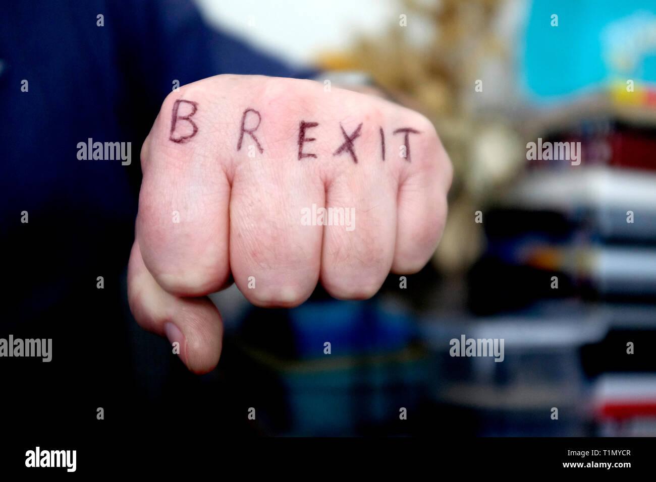Référendum,gauche,fist,avec Brexit,tatoué,sur,knuckles,punch,de,la,face,sortir,rester,remoaners brexiteers,,Angleterre,Grande-bretagne, Royaume-Uni, Union européenne, UE,, Photo Stock
