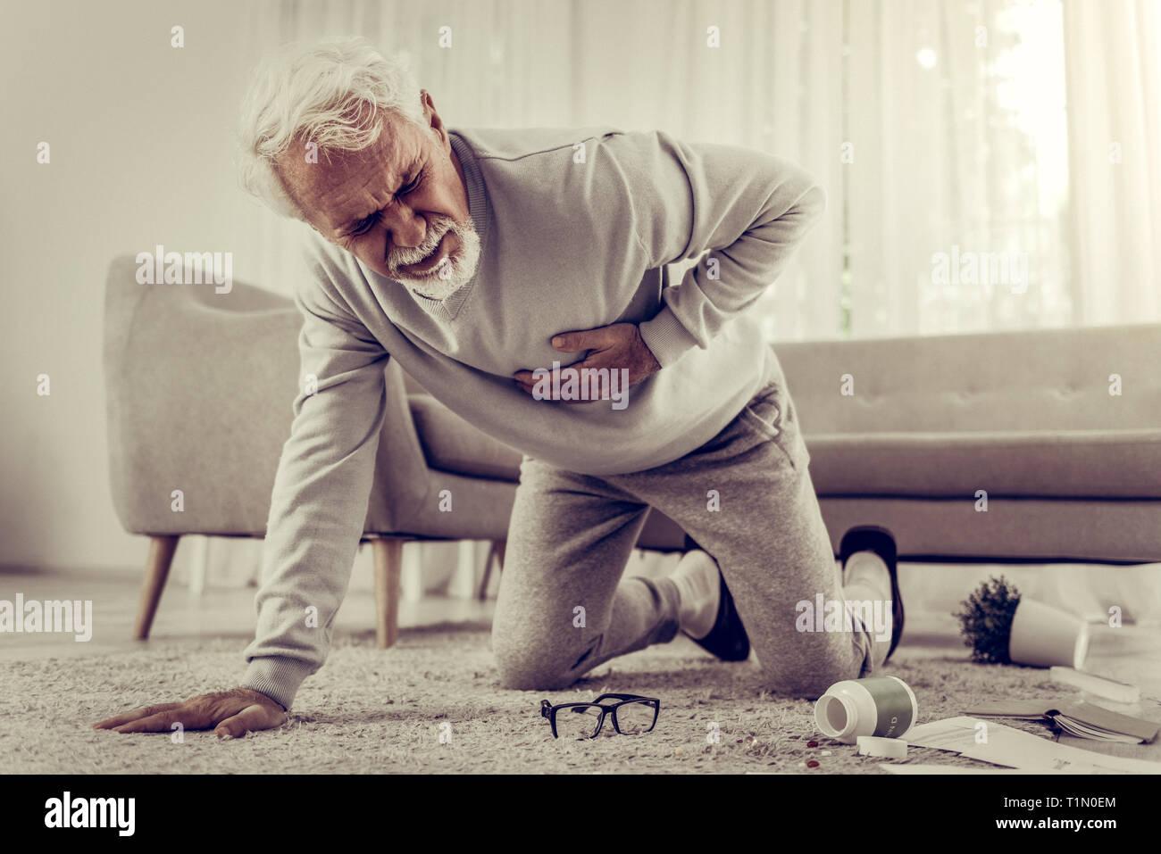 Aux cheveux blancs malades âgés de soixante ans mister souffrant de graves chagrin Photo Stock