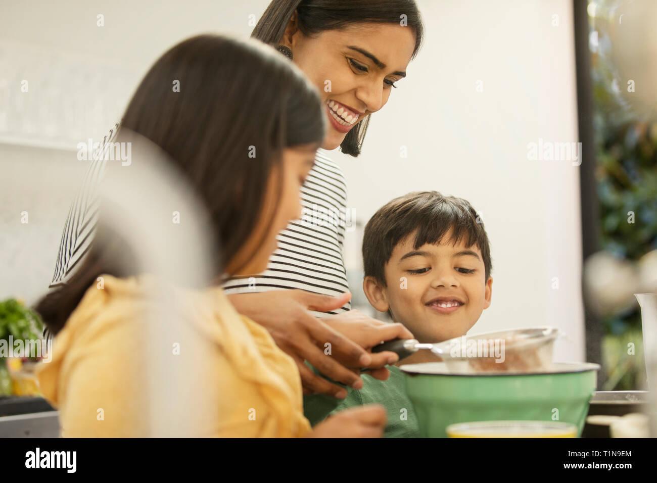 Mère et enfants baking in kitchen Banque D'Images