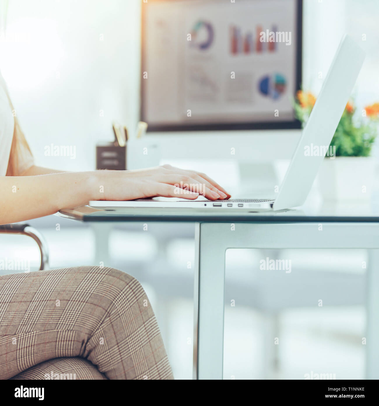 Comptable travaillant sur un ordinateur portable avec des graphiques sur les 24 Photo Stock