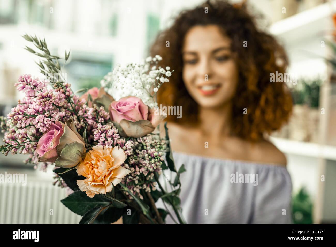Close up de belle composition florale lumineuse in flower shop Photo Stock