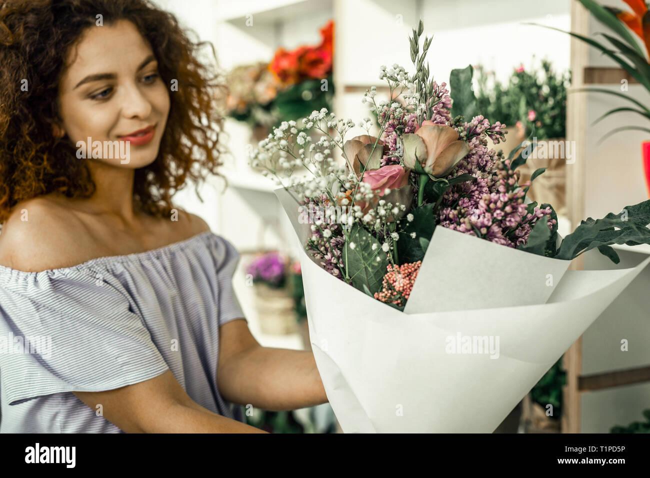 Close up de belles fleurs roses et blanches dans la composition de nice Photo Stock