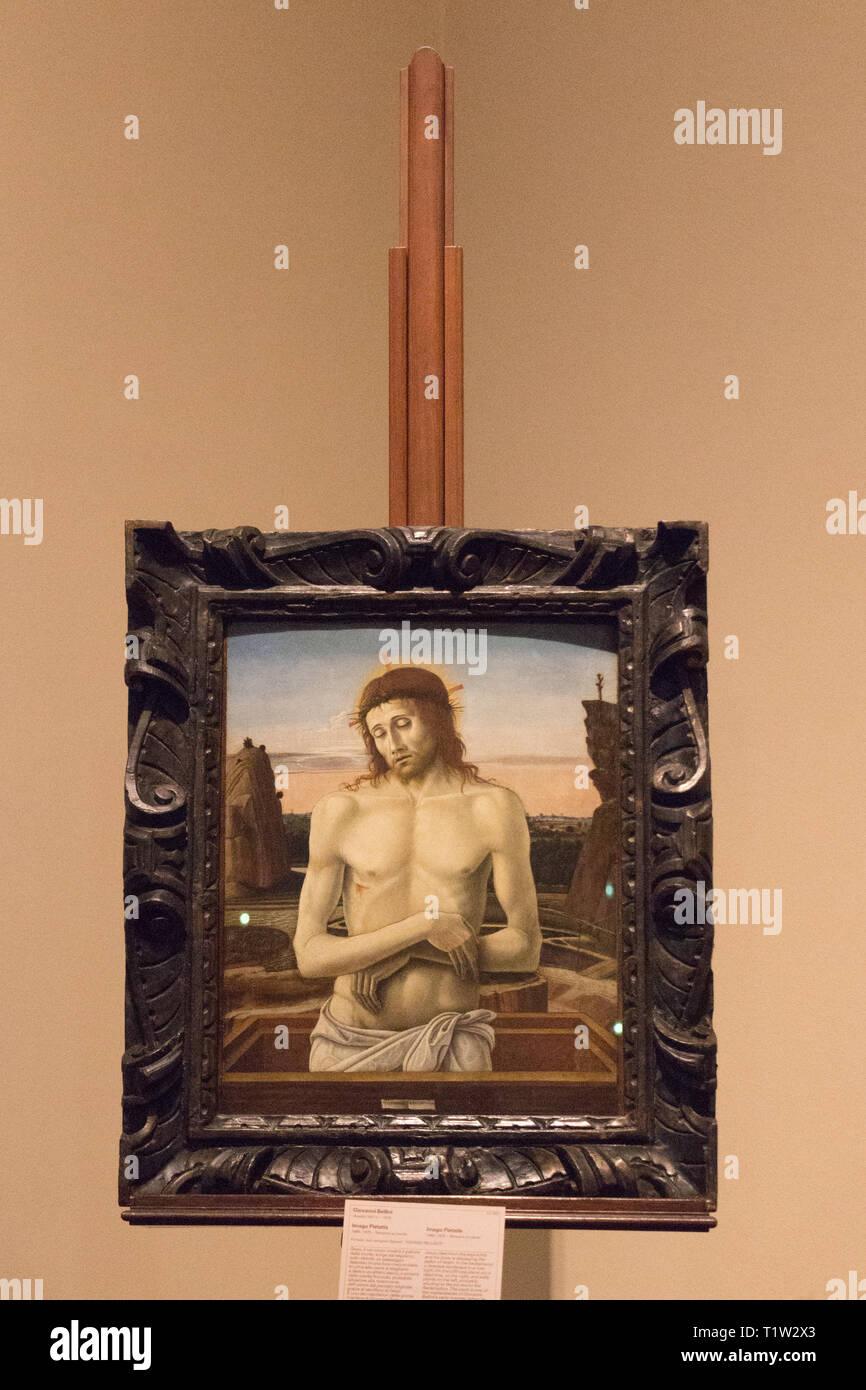 Italie, Milan - 30 décembre 2017: le point de vue de chef-d'Imago pietatis, tempera sur panneau de Giovanni Bellini, au musée Poldi Pezzoli. Photo Stock