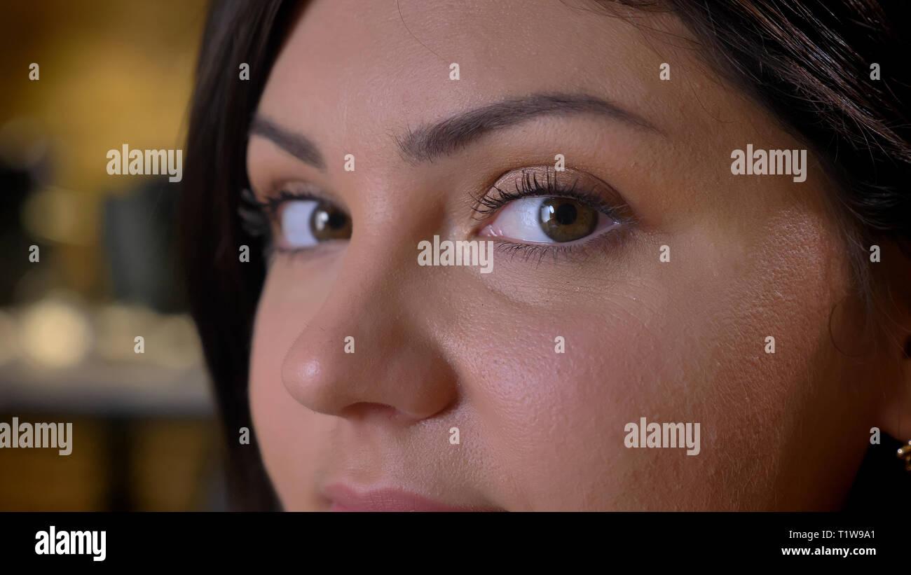 Portrait en gros plan de profil de belle femme d'âge moyen surpoids regarder calmement en huis clos sur fond de bureau. Photo Stock