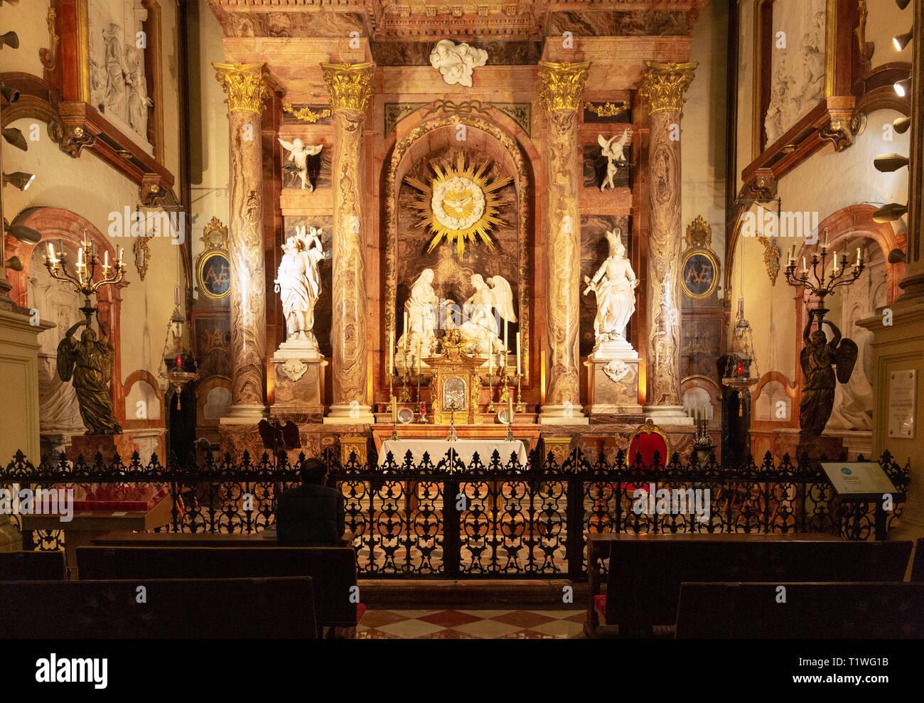 L'intérieur de la cathédrale de Malaga; un homme de prier à la chapelle de l'Incarnation, la cathédrale de Malaga, Malaga, Andalousie Espagne vieille ville Banque D'Images