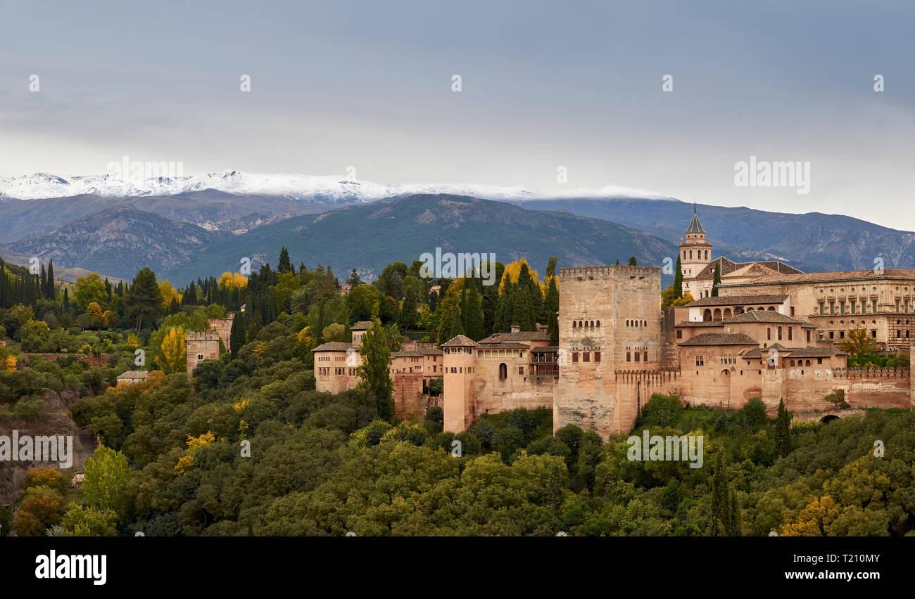 Espagne Andalousie L Alhambra De Grenade Le Chateau En Automne Avec La Neige Sur Les Montagnes De La Sierra Nevada Photo Stock Alamy