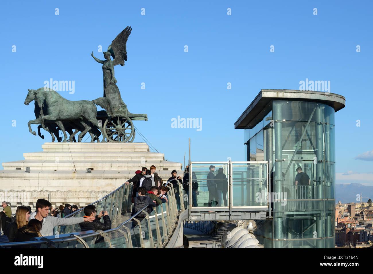 Les touristes, point de vue et l'extérieur ou de l'élévateur pour soulever le toit terrasse de Vittorio Emanuele II Monument avec la Victoire de Samothrace Sculpture Rome Italie Photo Stock