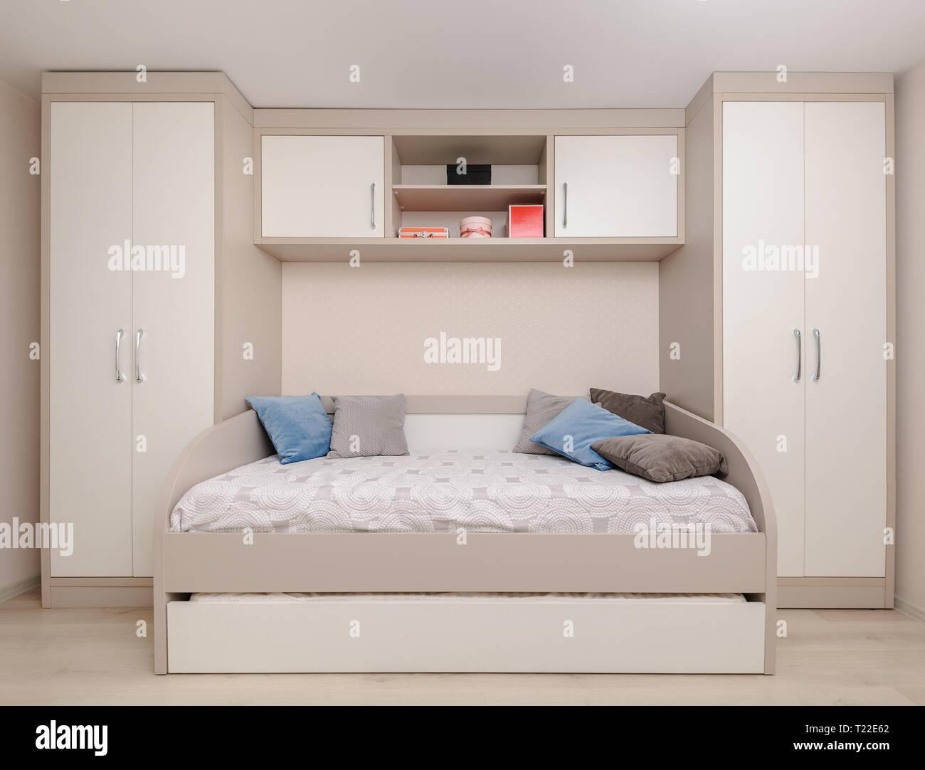 Chambre A Coucher Moderne Avec Lit Double Et Armoire Blanche Photo Stock Alamy