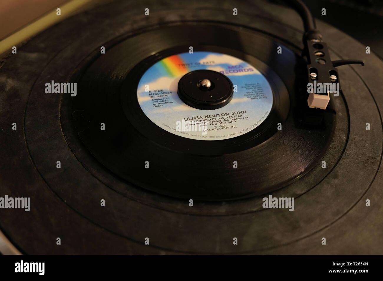 """45 TR/MIN Disque vinyle de Olivia Newton-John's song """"coup du sort"""" publié en 1983 par MCA Records; sur une platine, tourne-disque. Photo Stock"""