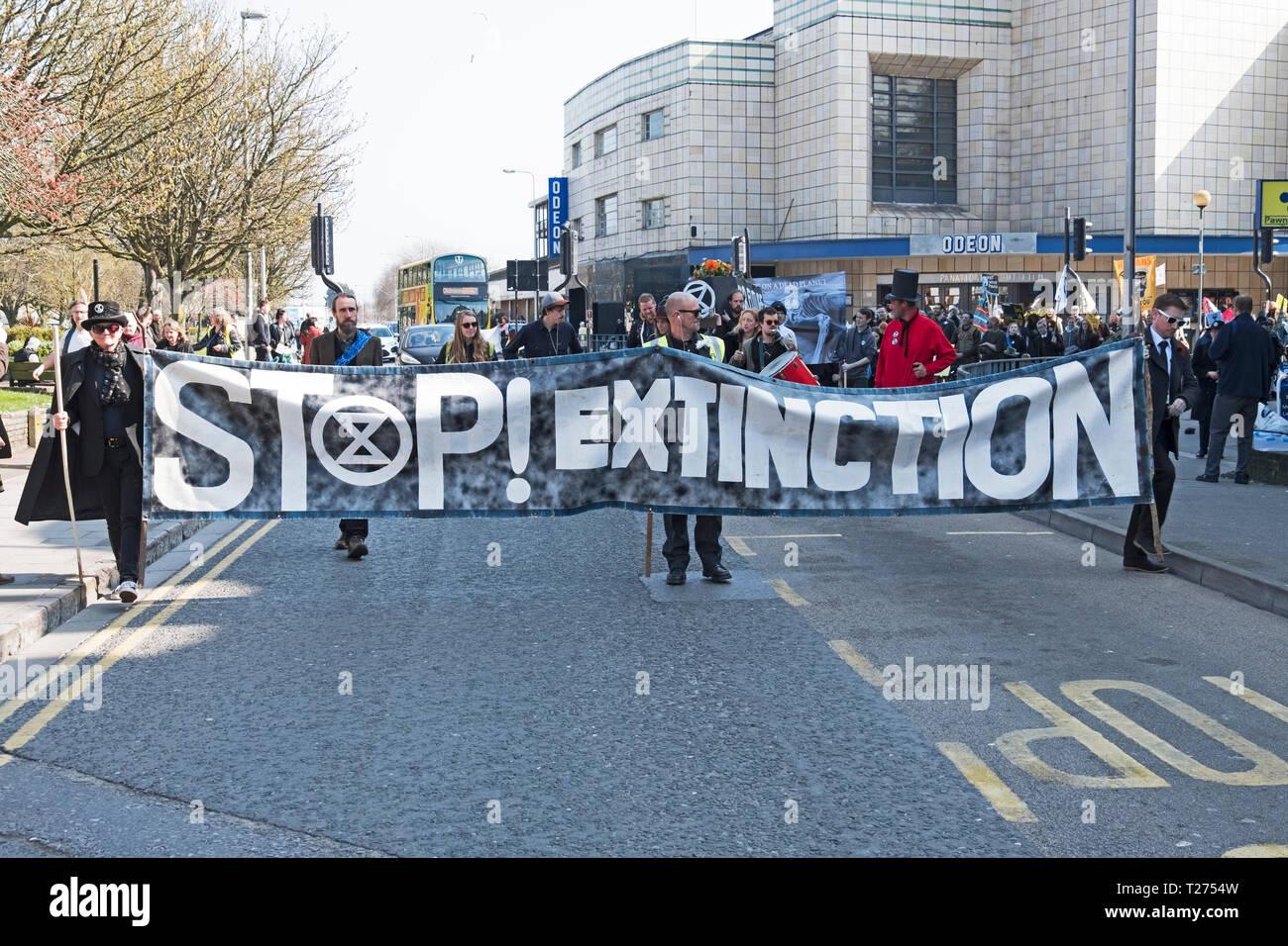 Weston-super-Mare, Royaume-Uni. 30 mars, 2019. Les manifestants contre le changement climatique, participer à un simulacre de funérailles. La manifestation était organisée par la rébellion Extinction Weston-super-Mare. Keith Ramsey/Alamy Live News Banque D'Images