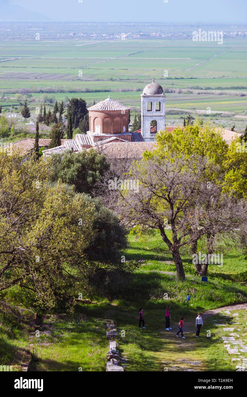 Apollonia, Fier, de l'Albanie: un groupe d'adolescents à pied à proximité le monastère byzantin et l'église de St Mary au milieu des ruines de classique Apollonie. Photo Stock