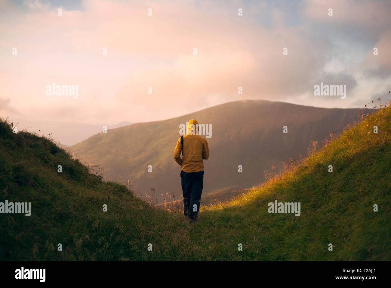 Vue arrière de l'homme de la randonnée dans la chaîne des Carpates Banque D'Images