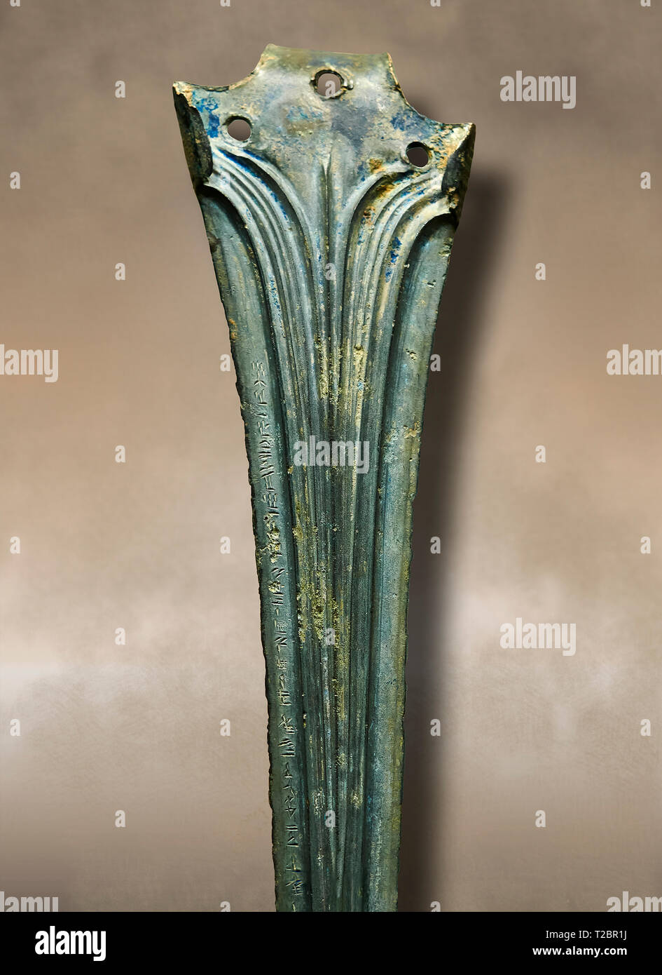 Décorée de bronze Hittite sword blade close up avec l'écriture. Période Hittite 1650 - 1450 BC. Hattusha Boğazkale. Çorum Musée Archéologique, Corum, tur Photo Stock