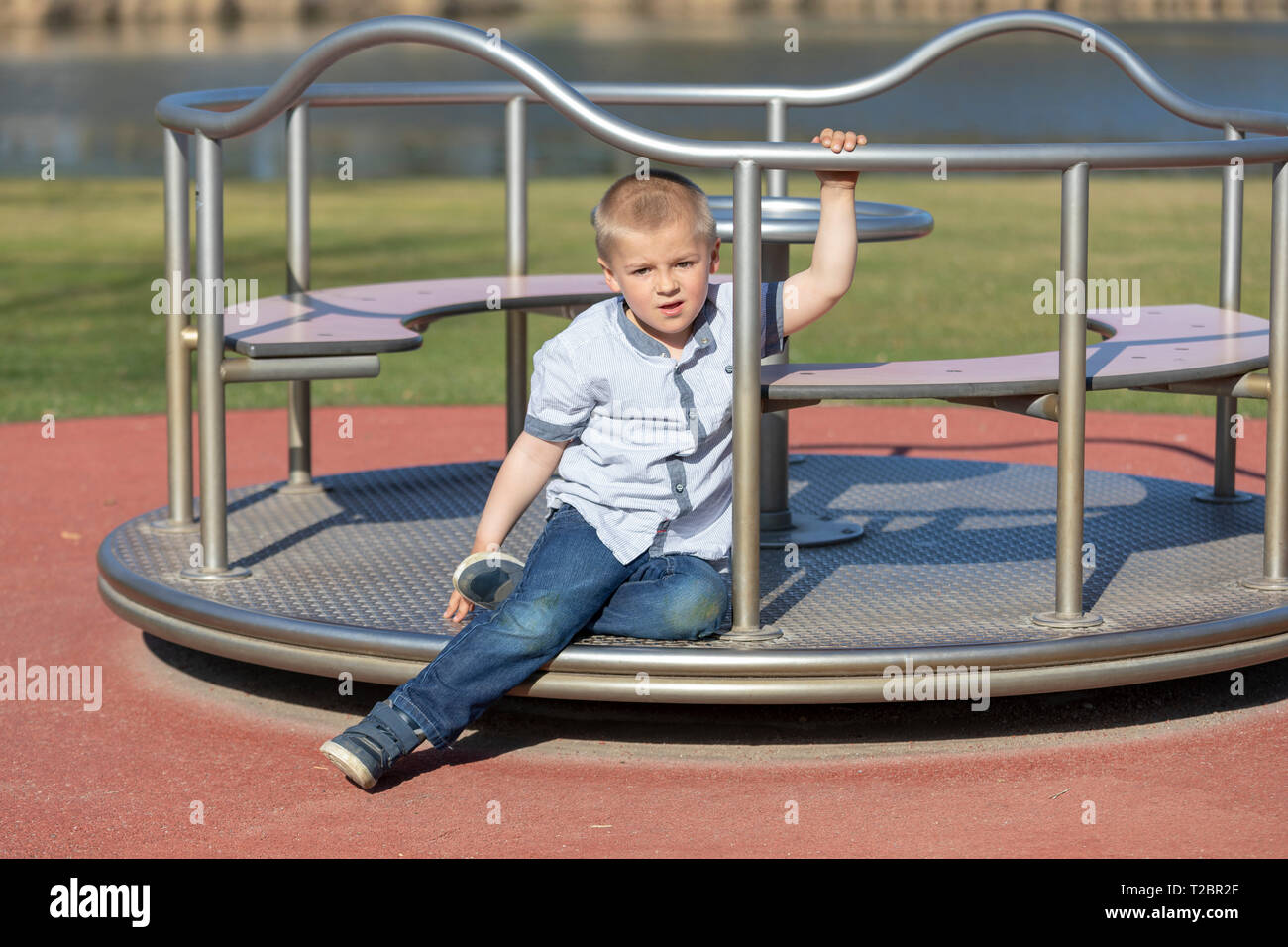 Petit garçon sur une aire de jeux. Enfant jouant à l'extérieur en été. Les enfants jouent sur la cour de l'école. Happy kid à la maternelle ou à la garderie. Les enfants s'amuser à Banque D'Images