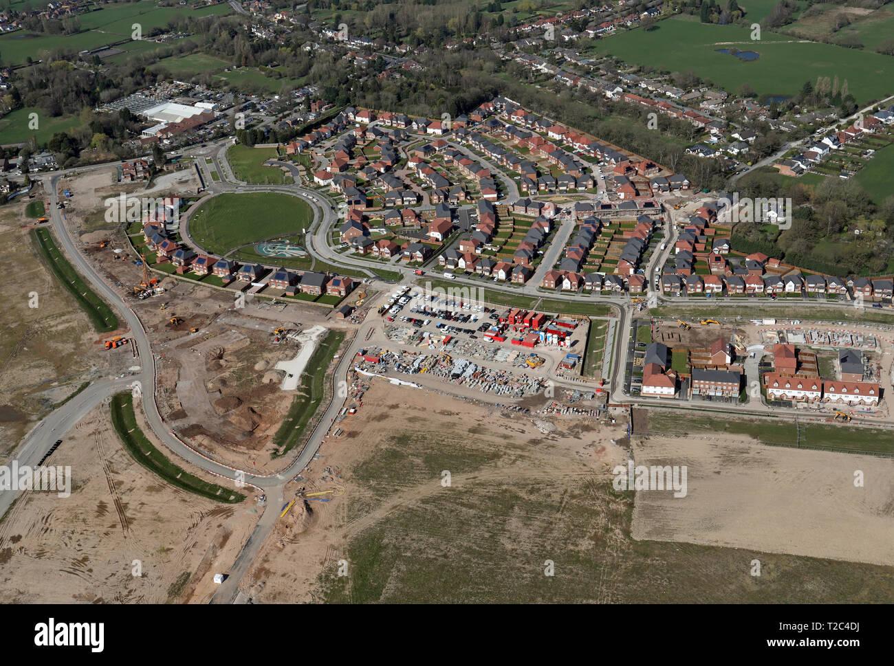 Vue aérienne de nouvelles maisons en construction sur l'ancien site de l'aérodrome à Woodford Adlington, Cheshire Photo Stock