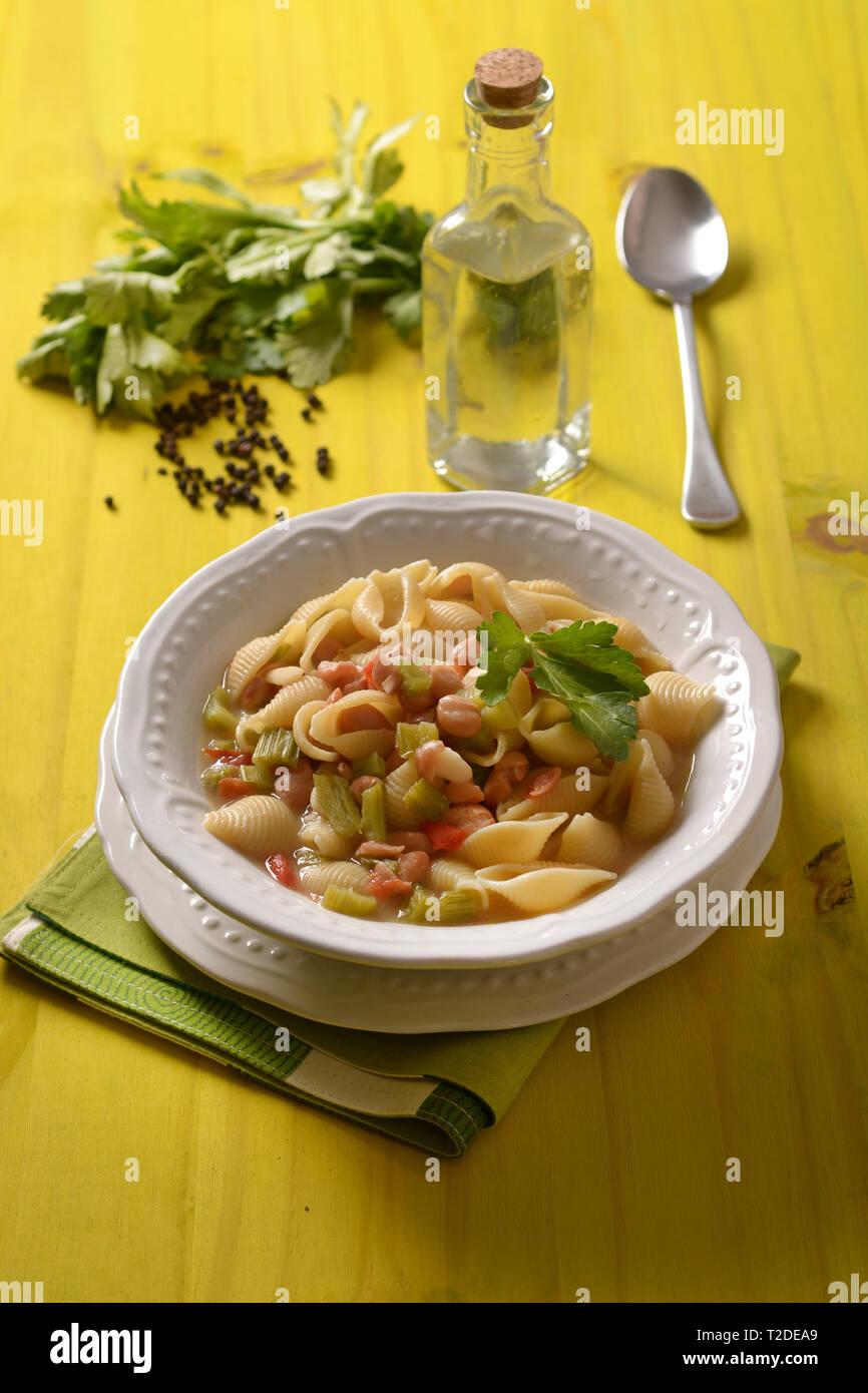Les pâtes avec les haricots, le céleri et la tomate - libre Banque D'Images