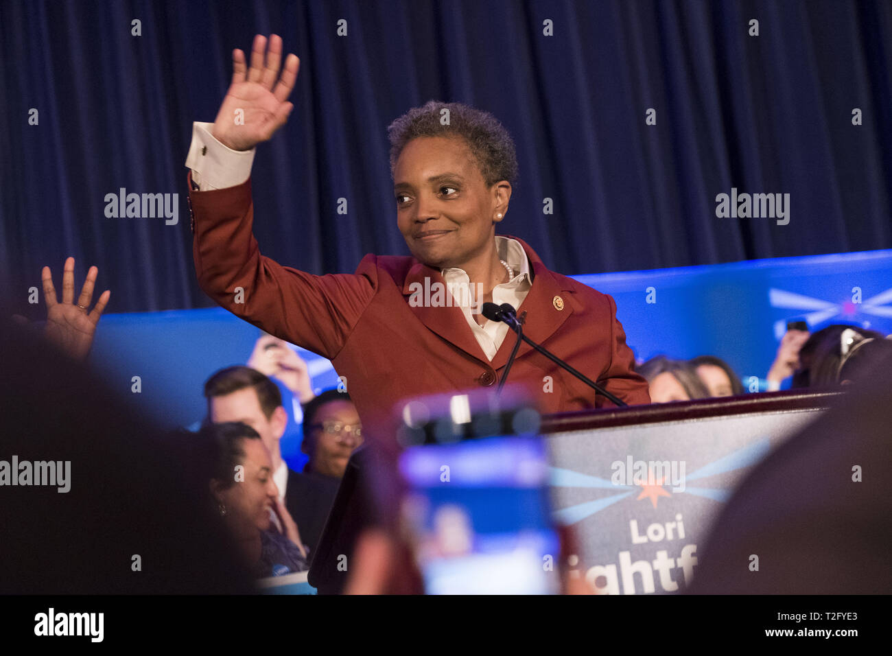 Chicago, Illinois, USA. 2ème apr 2019. Élu maire LORI LIGHTFOOT donnant son discours à prend en charge à l'hôtel Hilton de Chicago. Mme Lightfoot est Chicagos premier maire femmes afro-américaines. Credit : Rick Majewski/ZUMA/Alamy Fil Live News Photo Stock