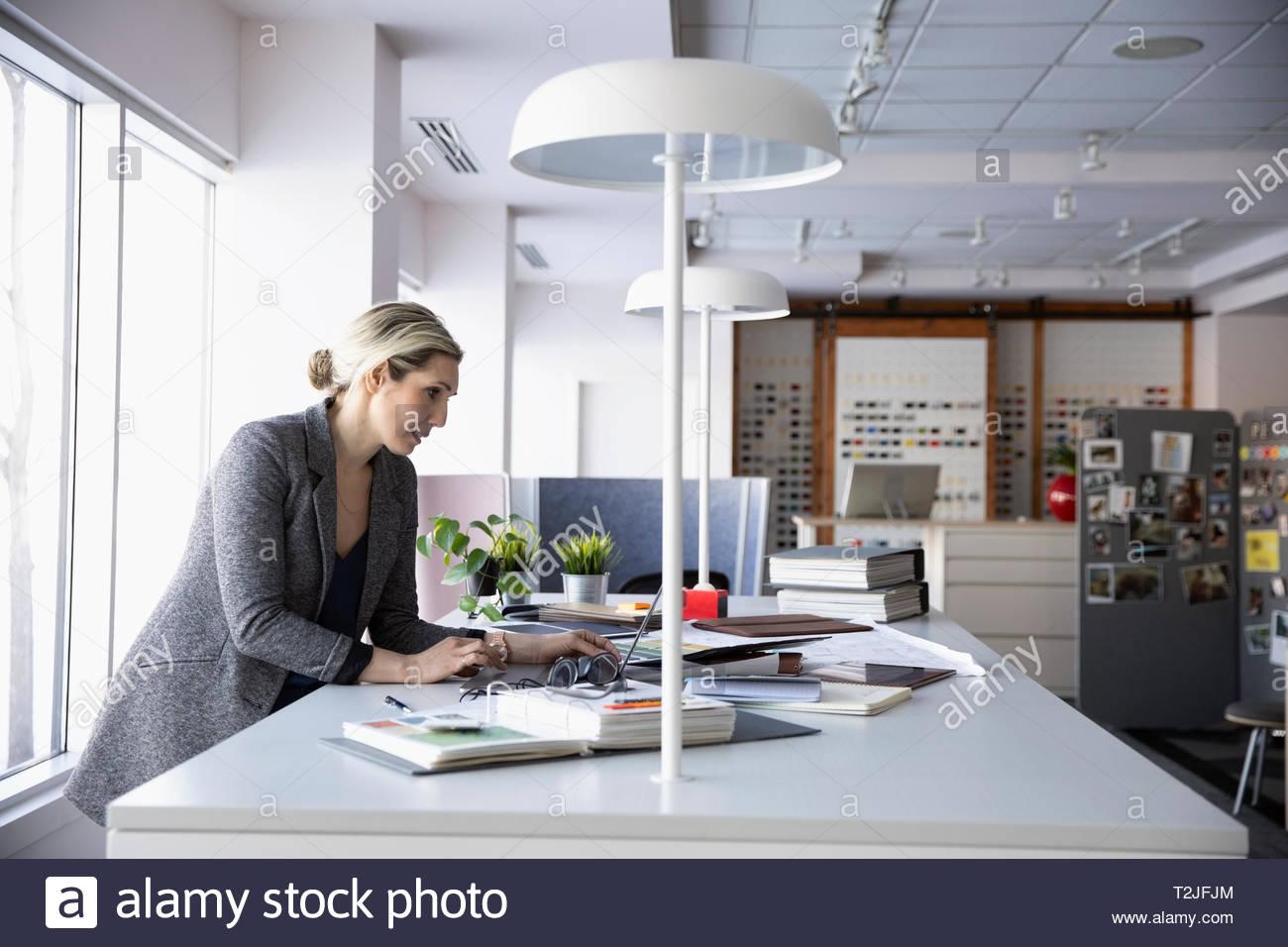 Femme interior designer working in design studio Photo Stock