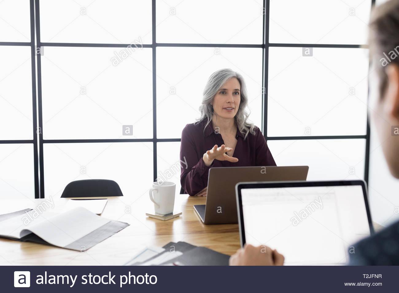 Portrait à l'ordinateur portable dans la salle de conférence réunion Photo Stock