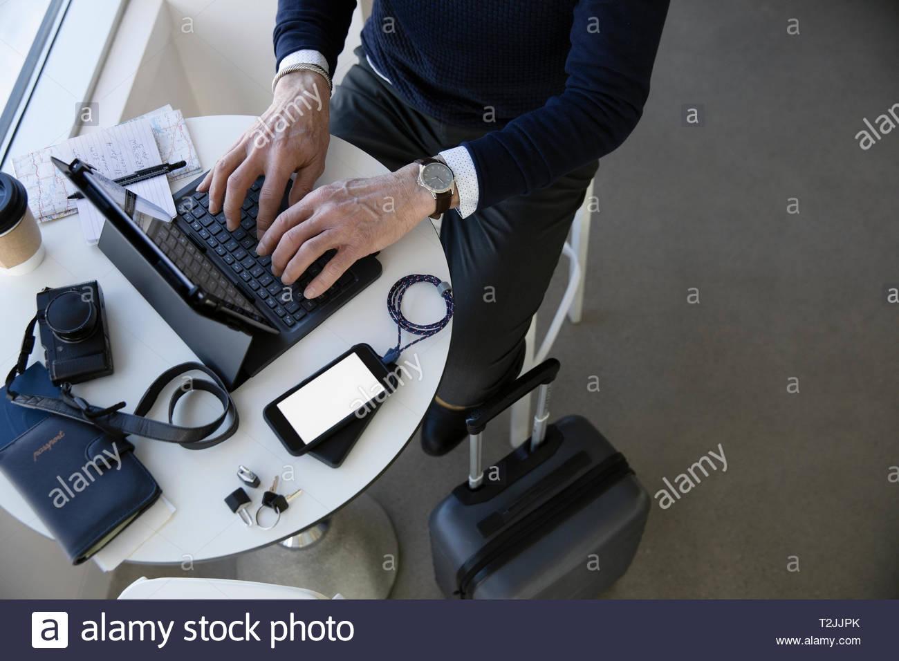 Voyage d'affaires, à l'aide d'ordinateur portable à la table cafe Photo Stock
