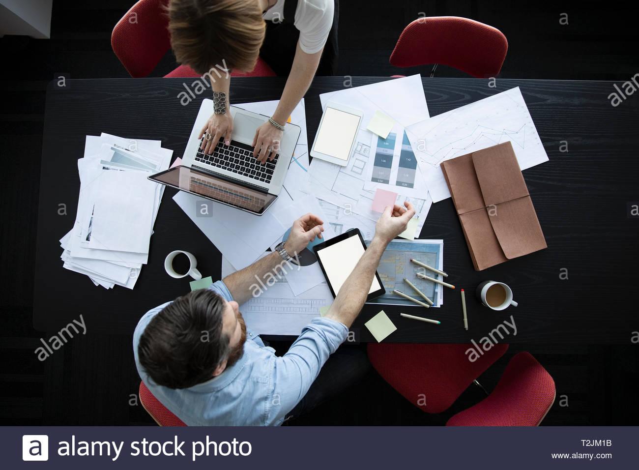 Vue de dessus les gens d'affaires de stratégies en réunion Photo Stock