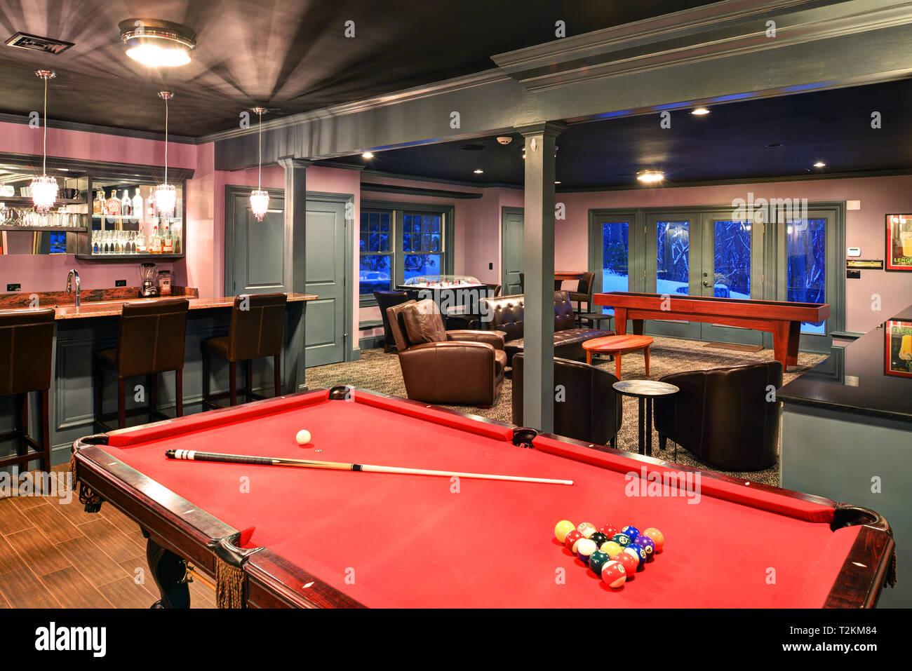 salle de loisirs. sous-sol fini avec bar, table de billard