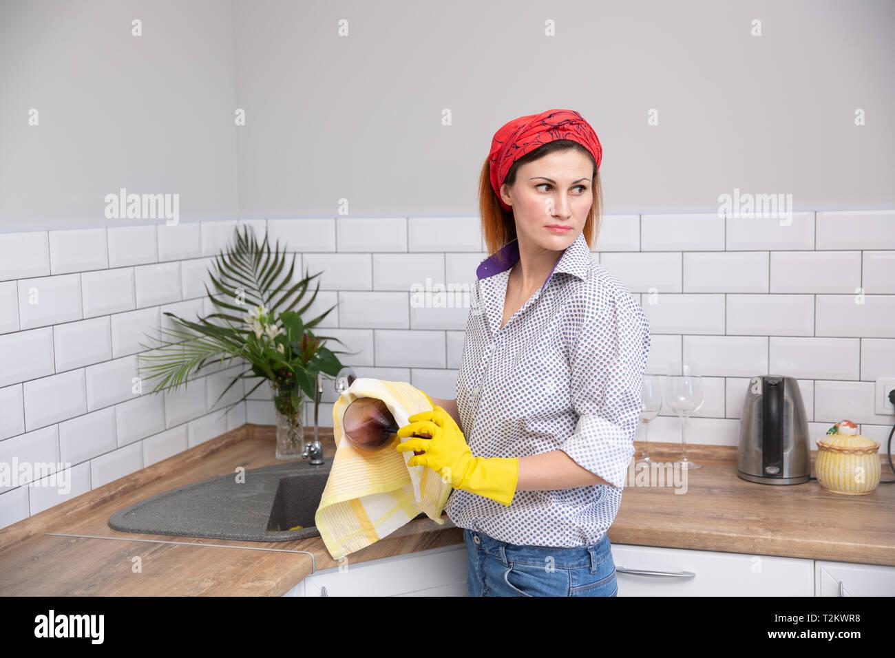 De nettoyage ou de femme verre ruges dans la cuisine. de ménage faire le nettoyage de printemps Banque D'Images