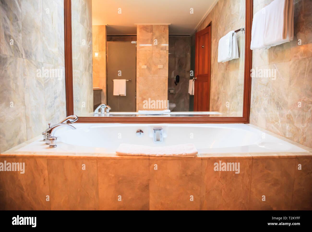 Salle de bains de luxe moderne d\'hygiène de base de ...