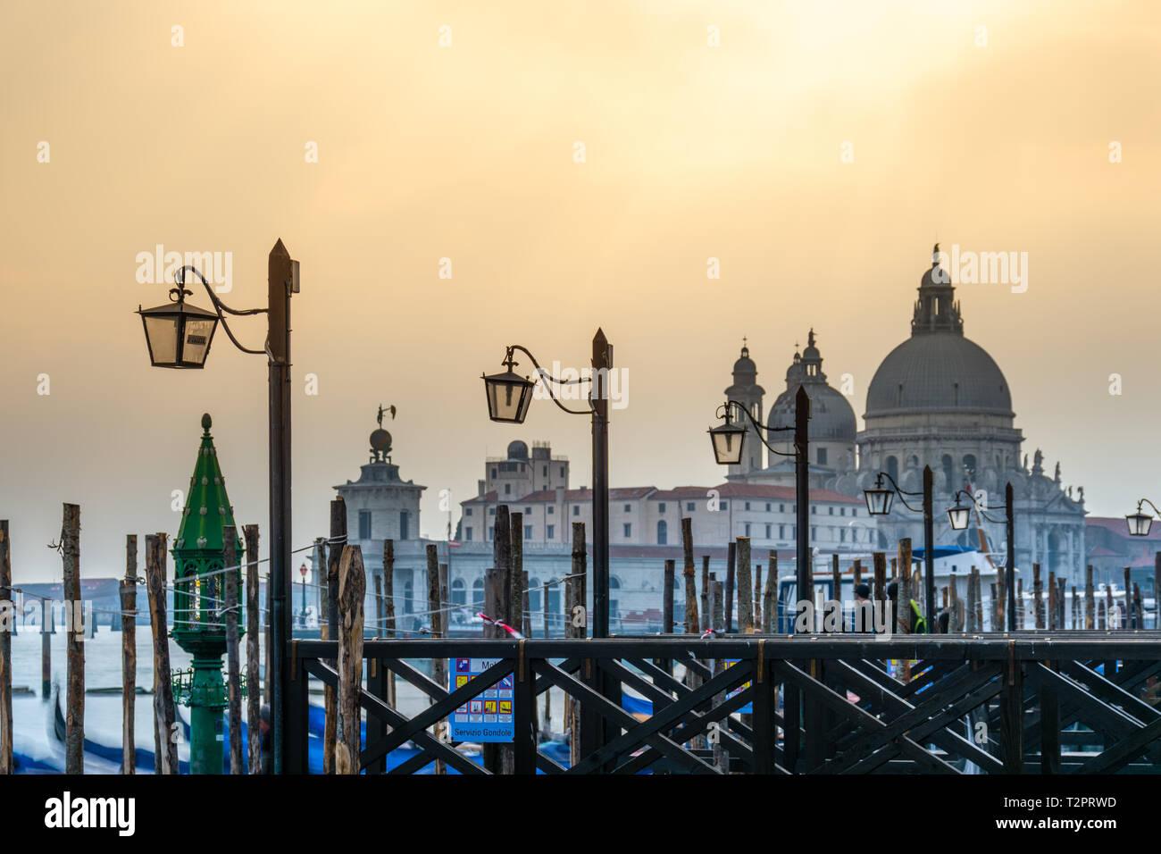 Vieille Cathédrale de Santa Maria della Salute à Venise, Italie Banque D'Images