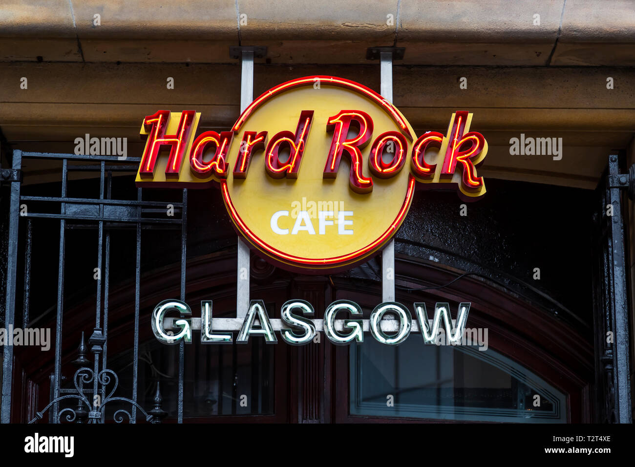 Un panneau au-dessus de l'entrée du restaurant Hard Rock café sur Buchanan Street dans le centre-ville de Glasgow, Écosse, Royaume-Uni Banque D'Images