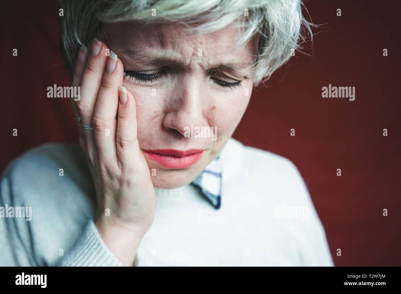 Femme d'âge moyen souffrant de douleur Banque D'Images