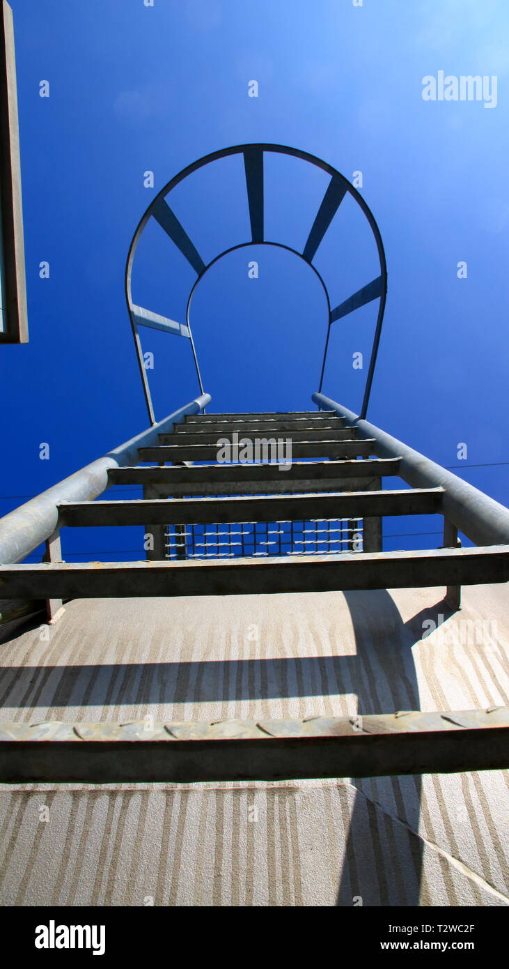 Vue de dessous d'une échelle avec barre de sécurité. L'aspect symbolise l'ascension avec certitude. Photo Stock