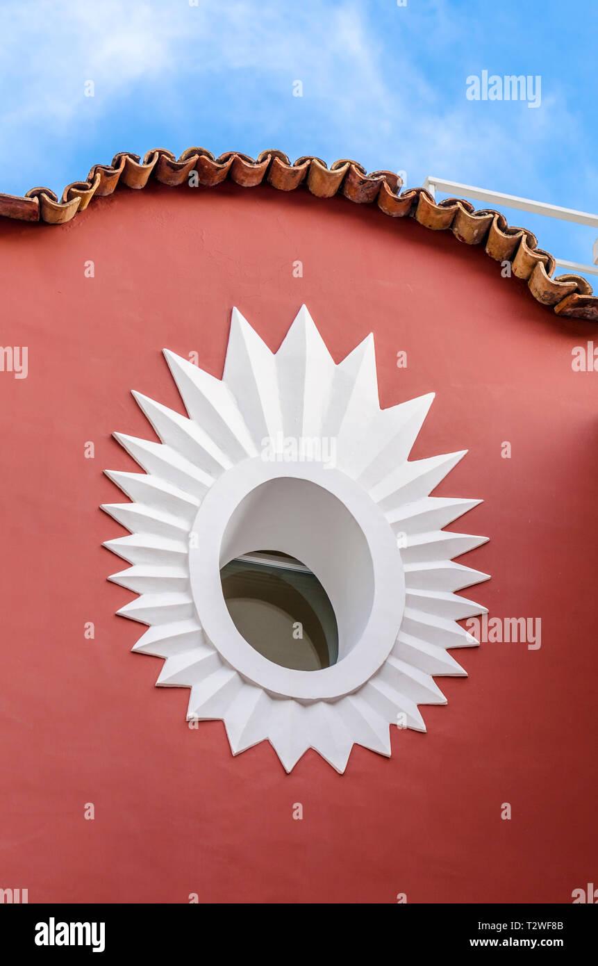Schéma en étoile autour d'une fenêtre circulaire sur le côté d'un immeuble en Italie Photo Stock