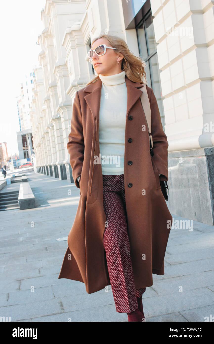 De Femme La Des Lunettes Mode Portant Élégante Blonde Soleil UMqzVpGS