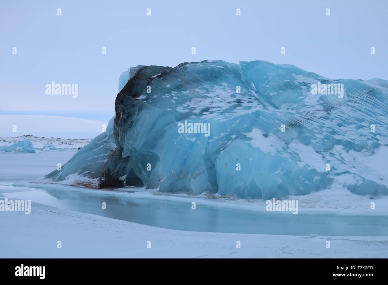 Un iceberg piégés dans la glace de mer sur la côte ouest du Svalbard Photo Stock