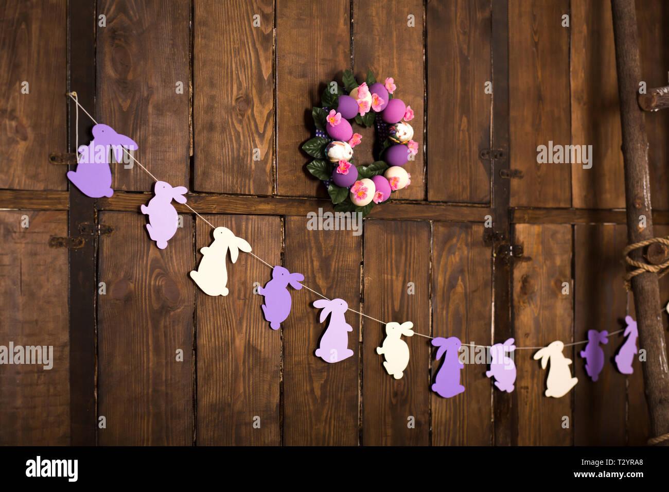 Décoration De Pâques. Couronne, Avec Et Des œufs De Couleur Violet Et Blanc,